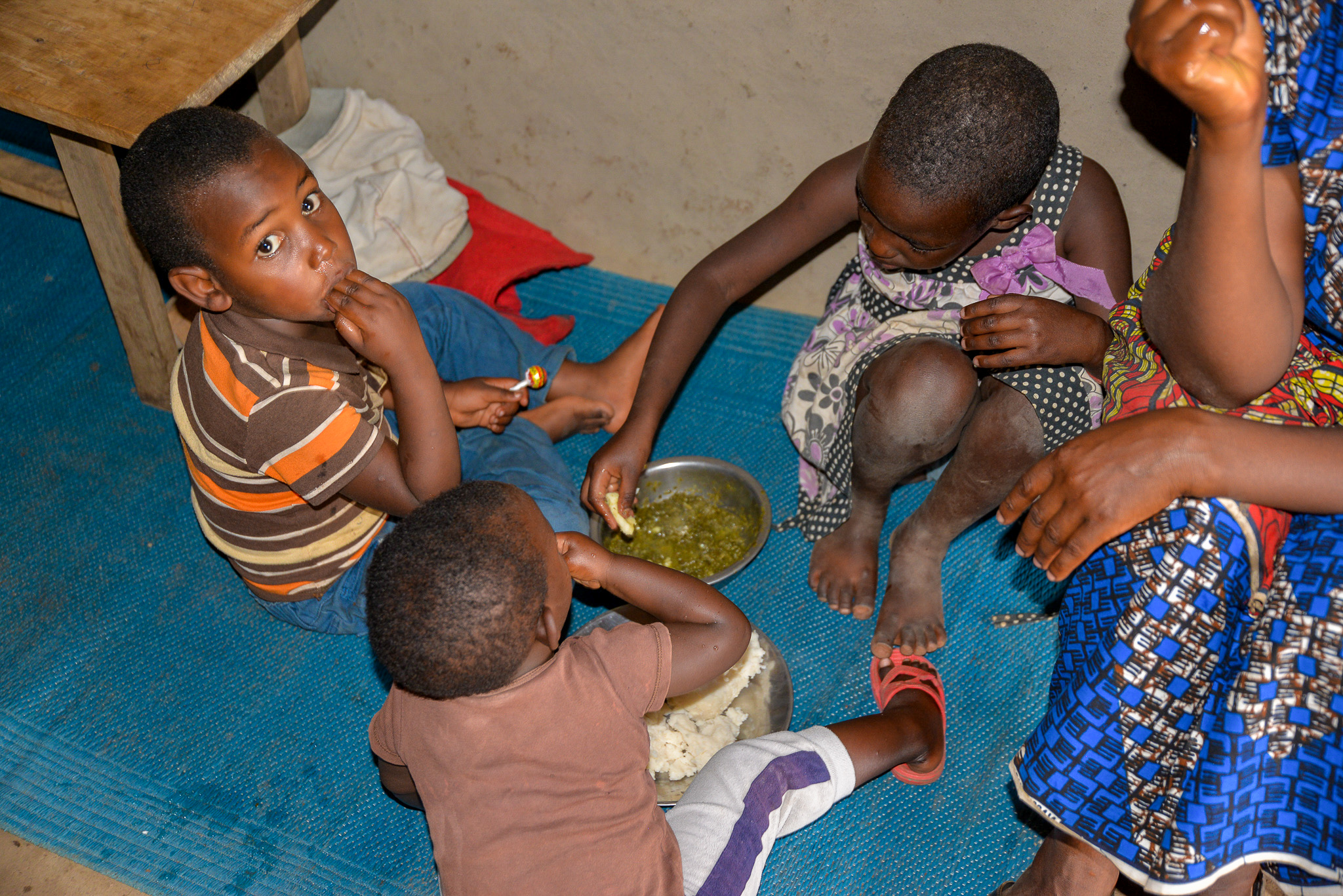 Eating time: When food is served, everyone eats from the same plate, mother and her children