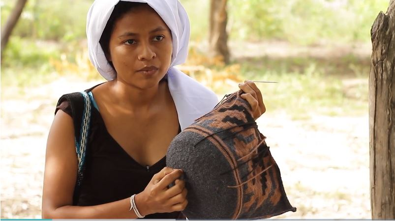 maria weaves a traditional bag in colombia