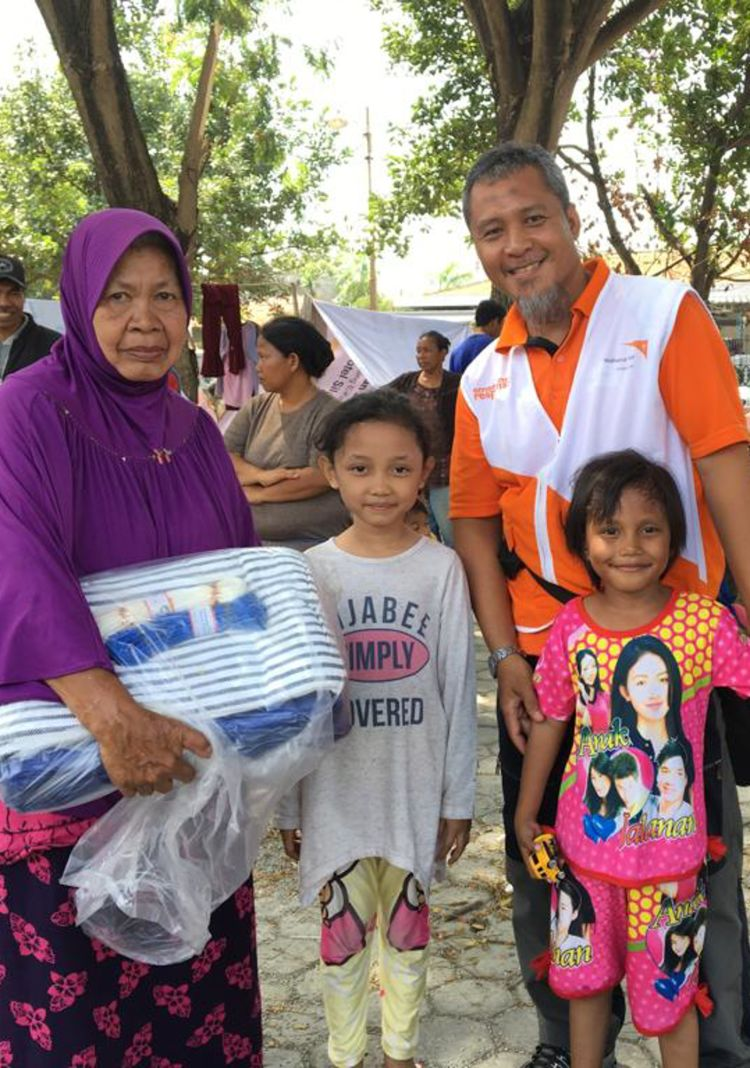 """<alt=""""World Vision emergency response team with 2 girls and their mother in the aftermath of Richter earthquake in Indonesia"""">"""