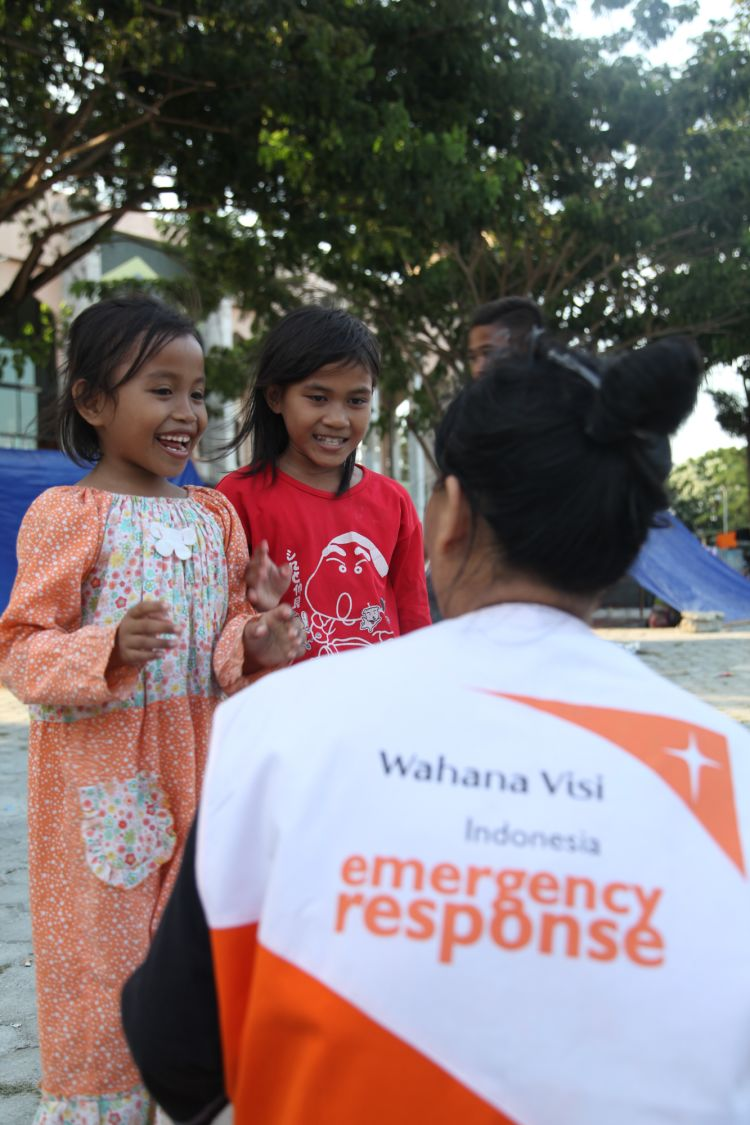 "<alt=World Vision Indonesia emergency response team with 2 girls"">"