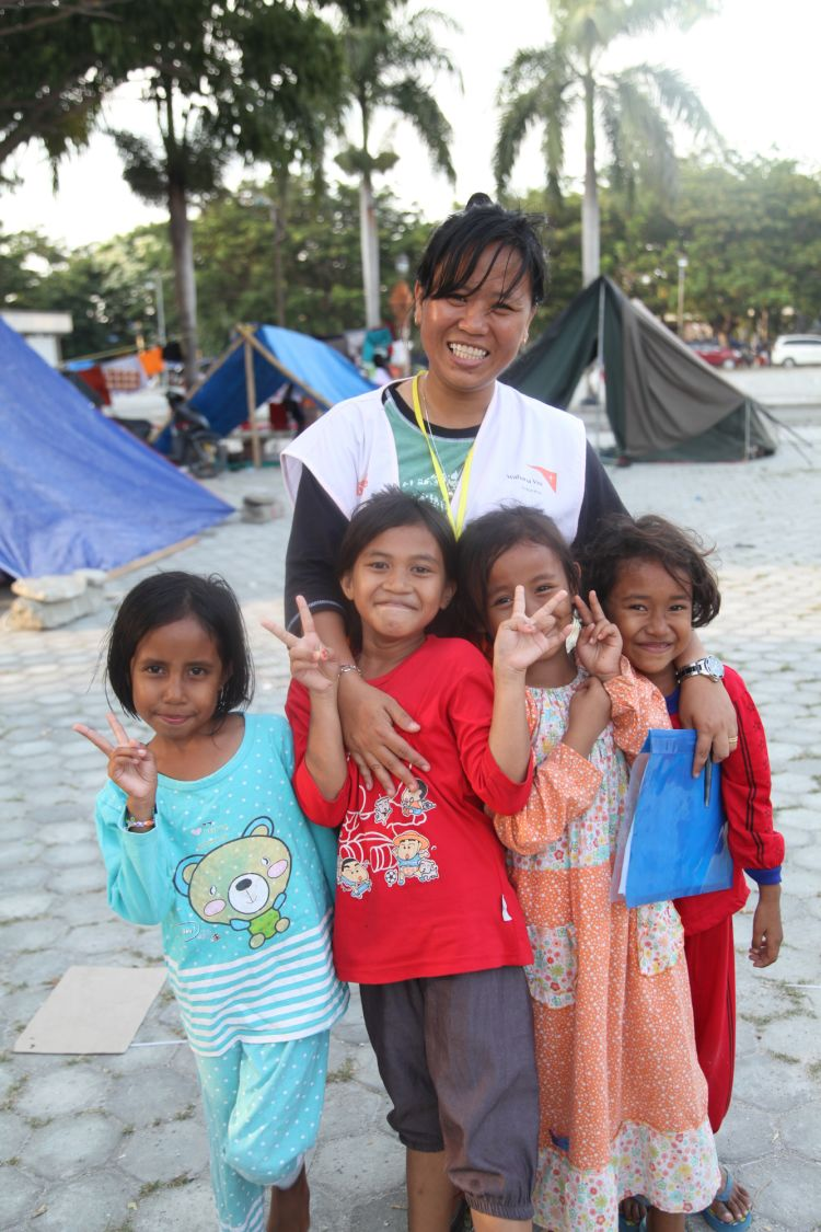 """<alt=""""World Vision staff member with 4 girls impacted by Richter earthquake"""">"""