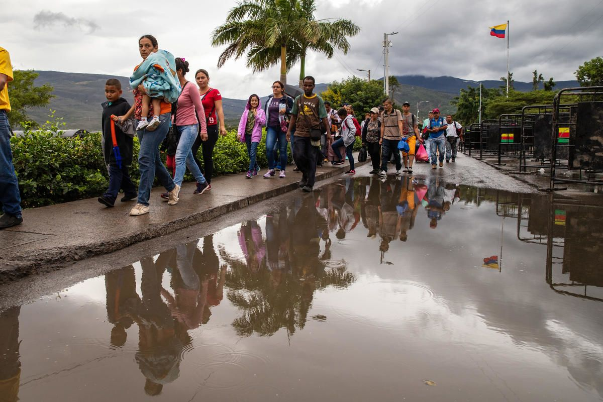 venezuelan migrants and refugees cross the border into Colombia