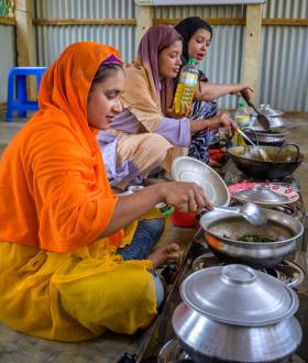 Every day, more than 1,000 Rohingya mothers prepare hot meals on the efficient gas stoves in World Vision's community cooking and learning centres.