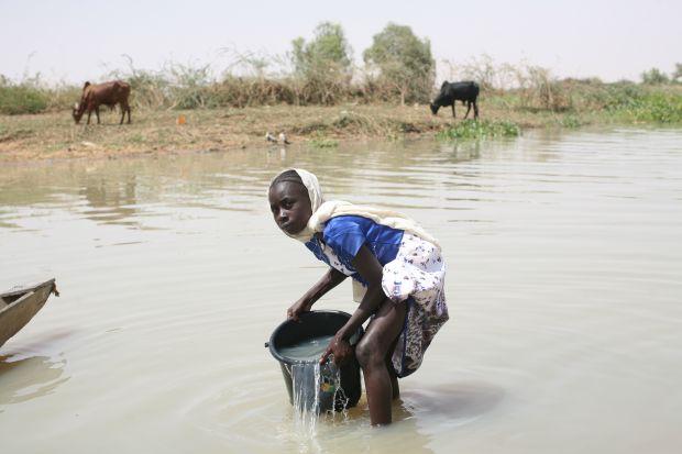 Nana fetching water from Fleuve Niger