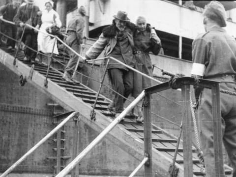 Refugees in World War 2 arrive on a ship