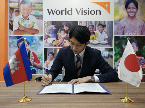 Euijin Lee from World Vision signed the agreement.