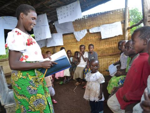 Mothers help children learn to read