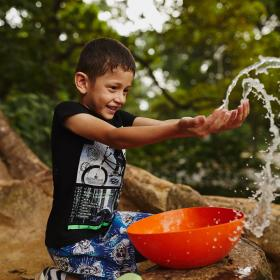 A Colombian boy has clean water